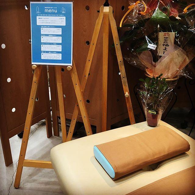 山口の中野先生から看板を頂きました。仙台の梅津さんから頂いたジャスミンを飾らせて頂きました。ありがとうございますm(._.)m #健康整体の家つみき #健康整体 #操体法 #健康 #福島市 #ボテフォレパン #看板 #ジャスミン #頂いた #飾る #ありがとう #女性スタッフ