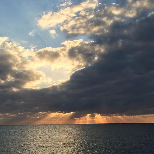 夕焼けヤバイです(︎`∇´)雲に隠れた夕陽がオレンジ色に地平線を染める!! #沖縄3日目 #家族旅行 #夕焼け #オレンジ #琉球温泉 #幸せ #感謝 #健康整体の家つみき #健康整体