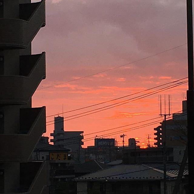 日の出直前♪( ´▽`)雲が赤く染まって、今日も始まります! #健康整体の家つみき #健康整体 #操体法 #福島市 #fukusima #仙台操体医学院 #仙台 #ボテフォレパン #女性スタッフ #日の出前の空 #綺麗な赤 #今日の始まり