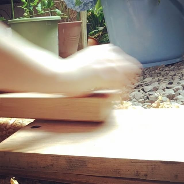 体の使い方って大事!鉋掛けをしてみたら、腕の力だけだと直ぐ疲れた。体全体でやると半分の力で出来る(^^)体の使い方ひとつで、色んなことが楽になるよ♫  #健康整体の家つみき #健康整体 #整体 #操体法 #鉋掛け #体の使い方 #肩こり #腰痛 #腱鞘炎 #背中の張り #首のこり #膝の痛み #楽になる #福島 #福島市整体 #飯坂 #飯坂整体