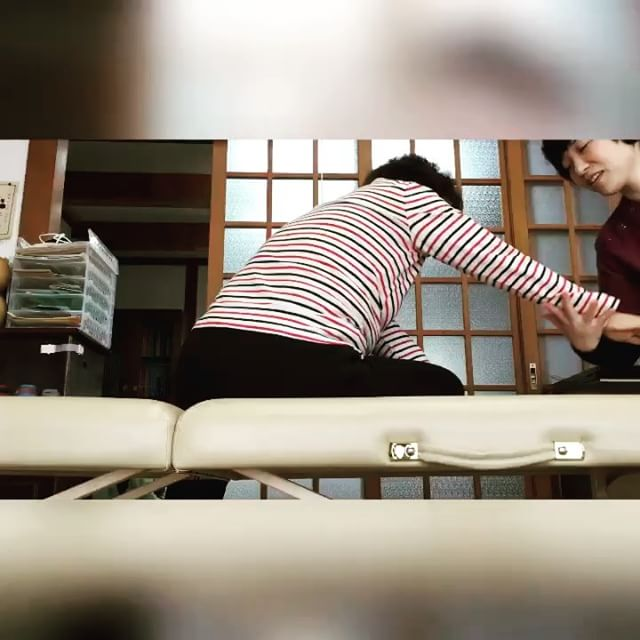 「柔らかくなった!」腰や背中が疲れると気になって、前屈時太ももの裏が突っ張るというKさん。肩から背中や腰が、伸びて気持ち良いような感じのする方へ動かすと腰や背中の痛みが気にならなくなり、太ももの裏の突っ張りも無くなった(^^)#健康整体の家つみき #健康整体 #操体法 #福島市 #福島市整体 #飯坂 #飯坂整体 #bodywork #bodypreparation #health #fukushima #japan #腰痛 #背中の張り #肩こり #冷え #足のだるさ #太ももの張り #前屈 #柔らかくなった