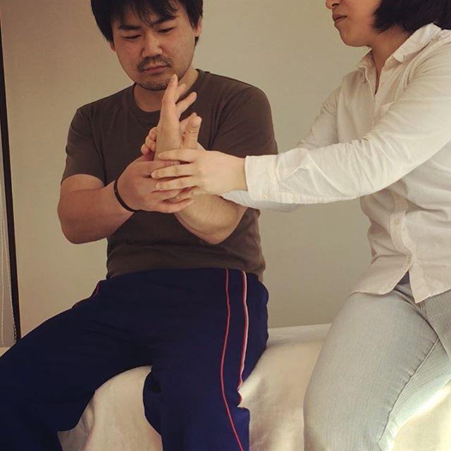 手首をキュッときめて気持ちよさを味わうだけの簡単なケアで肩が自分で楽に!#肩こり #頭痛 #セルフケア