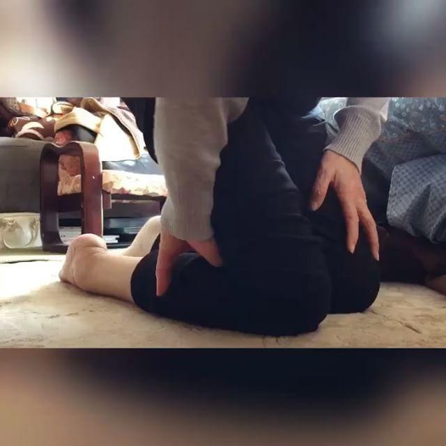 自分でもできる操体法シリーズ!膝まわりの不調に、ヒフを外側にずらしながら座ったまま手を引き抜くだけ!!#セルフケア #膝痛