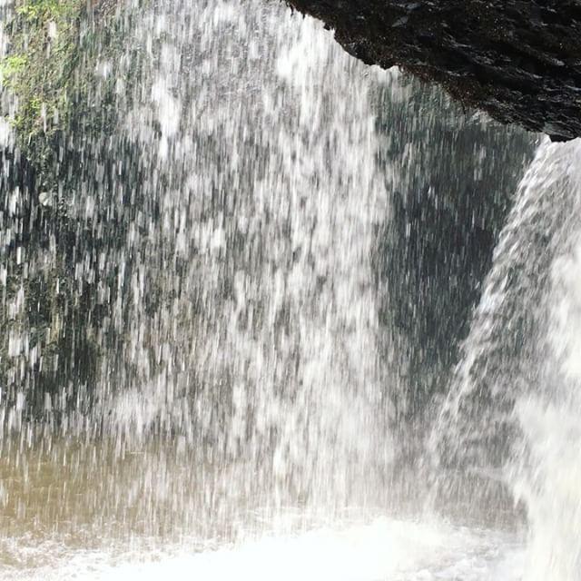 滝のウラ側に入ってマイナスイオンをたっぷり浴びてきましたとても心地よかったです(^^)