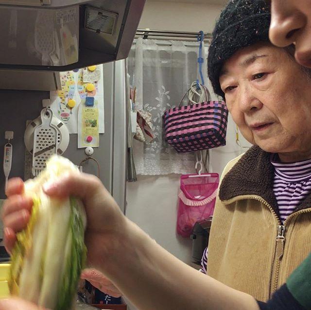 白菜漬け第2弾!水切りして、今度はコンブとトウガラシを加えて^_^2度漬け中♪柚子をおろしてちょっと味見