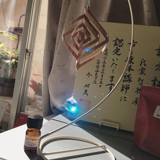 お店に昨日作ったサンキャッチャーを飾ってみた️自然光が当たるといろんな色の光が〜キレイですね♪