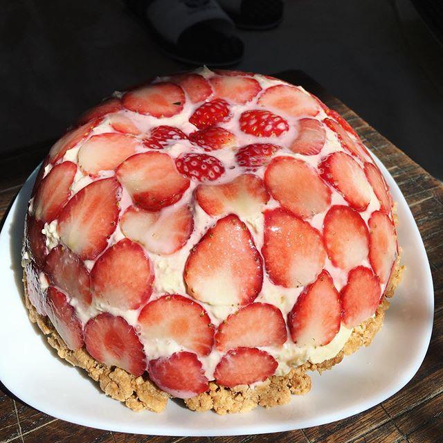 イチゴのドームケーキお祝いパーティーのために作ってみました♪見た目はとてもいい感じ🤩